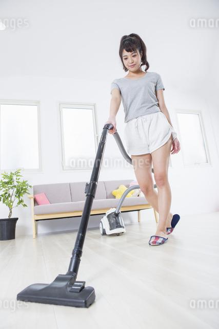 掃除機をかける女性の写真素材 [FYI04257461]