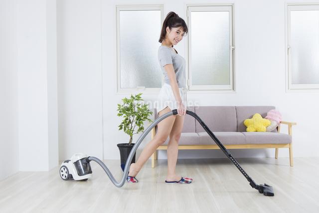 掃除機をかける女性の写真素材 [FYI04257466]