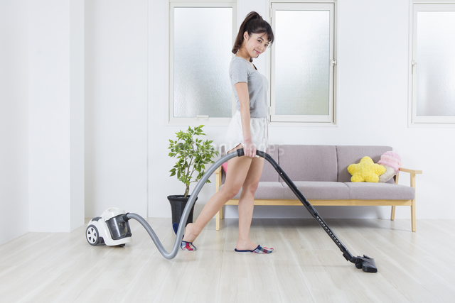 掃除機をかける女性の写真素材 [FYI04257467]