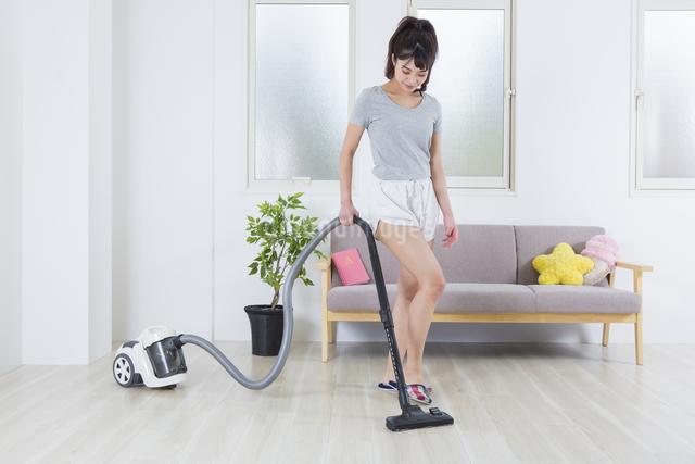 掃除機をかける女性の写真素材 [FYI04257472]