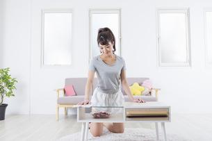 机を拭く女性の写真素材 [FYI04257485]