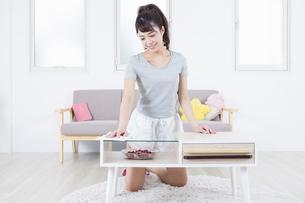机を拭く女性の写真素材 [FYI04257489]