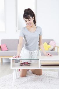 机を拭く女性の写真素材 [FYI04257491]