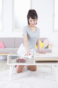 机を拭く女性の写真素材 [FYI04257492]