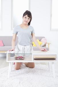 机を拭く女性の写真素材 [FYI04257495]
