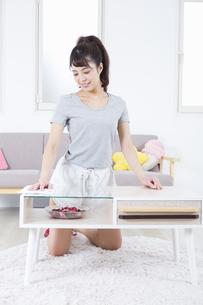 机を拭く女性の写真素材 [FYI04257496]