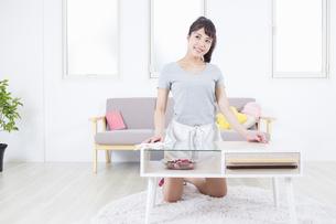 机を拭く女性の写真素材 [FYI04257498]