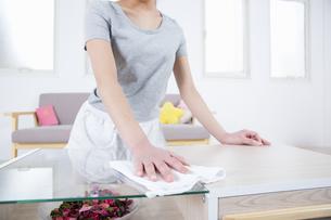 机を拭く女性の写真素材 [FYI04257512]