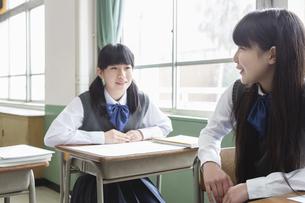 話し合う女子生徒の写真素材 [FYI04257771]