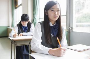 授業中の女子生徒の写真素材 [FYI04257806]