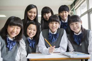 勉強する女子生徒の写真素材 [FYI04257851]