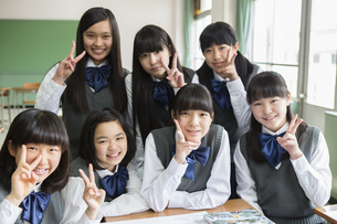 ピースする女子生徒の写真素材 [FYI04257853]