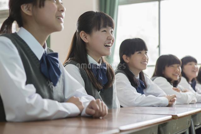 教室で座る女子生徒の写真素材 [FYI04257914]