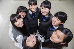 円陣を組む女子生徒の写真素材 [FYI04257990]