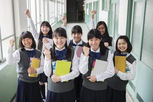 廊下で立つ生徒達の写真素材 [FYI04258056]