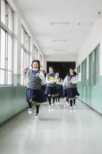 廊下を走る生徒達の写真素材 [FYI04258071]