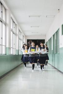 廊下を走る生徒達の写真素材 [FYI04258072]