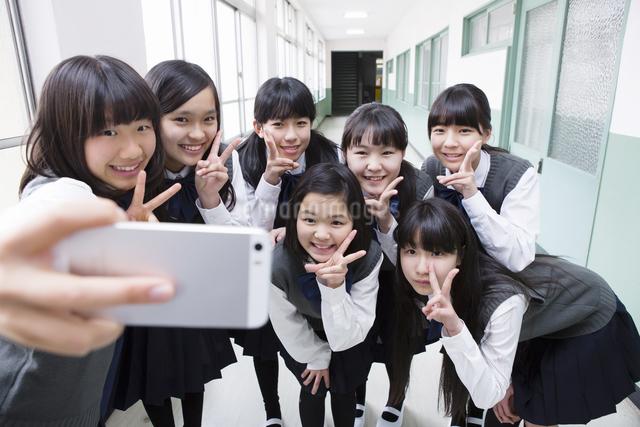写真を撮る生徒達の写真素材 [FYI04258113]