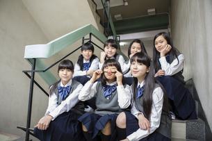 階段に座る生徒達の写真素材 [FYI04258115]