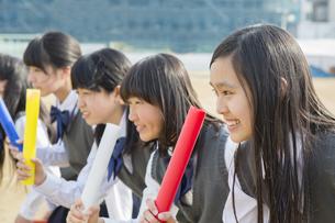 バトンを持つ女子学生の写真素材 [FYI04258170]