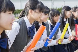 バトンを持つ女子学生の写真素材 [FYI04258175]
