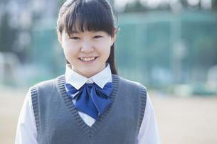 佇む女子学生の写真素材 [FYI04258212]