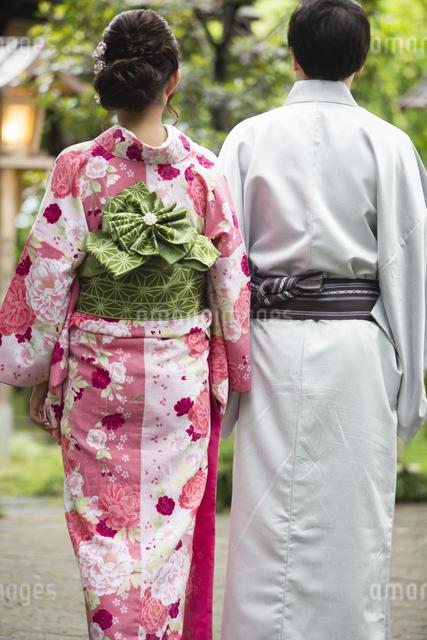 後ろ姿のカップルの写真素材 [FYI04258273]