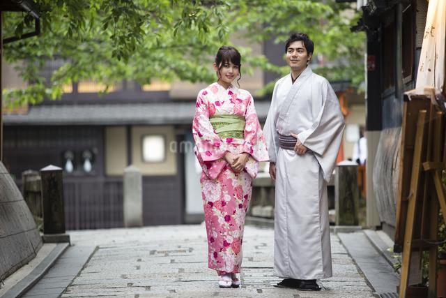 着物姿のカップルの写真素材 [FYI04258359]