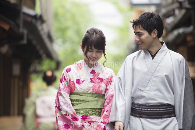 路地を散歩する着物姿のカップルの写真素材 [FYI04258362]