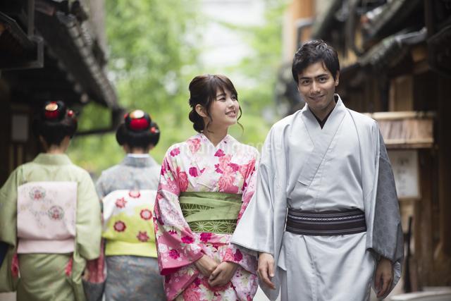 路地を散歩する着物姿のカップルの写真素材 [FYI04258364]