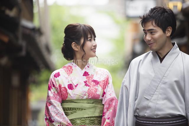 路地を散歩する着物姿のカップルの写真素材 [FYI04258371]
