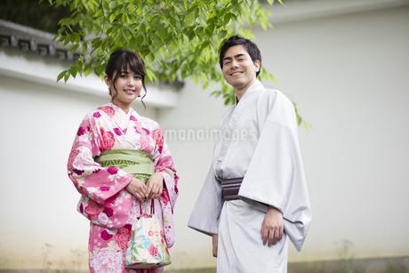 お寺の階段で立つカップルの写真素材 [FYI04258430]