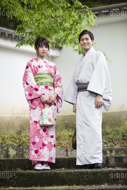 お寺の階段で立つカップルの写真素材 [FYI04258435]