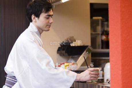 お店で買い物をする男性の写真素材 [FYI04258454]