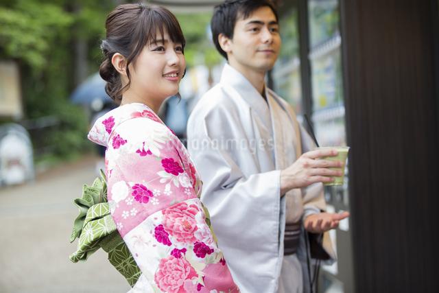 お店で買い物をするカップルの写真素材 [FYI04258456]