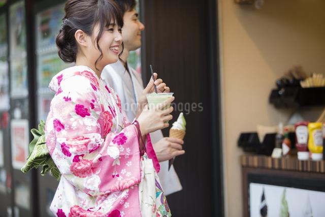 お店で買い物をするカップルの写真素材 [FYI04258459]