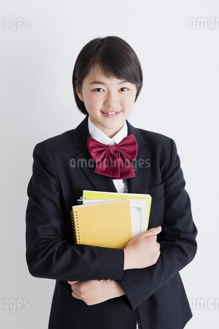ノートを持つ女子高生の写真素材 [FYI04258601]