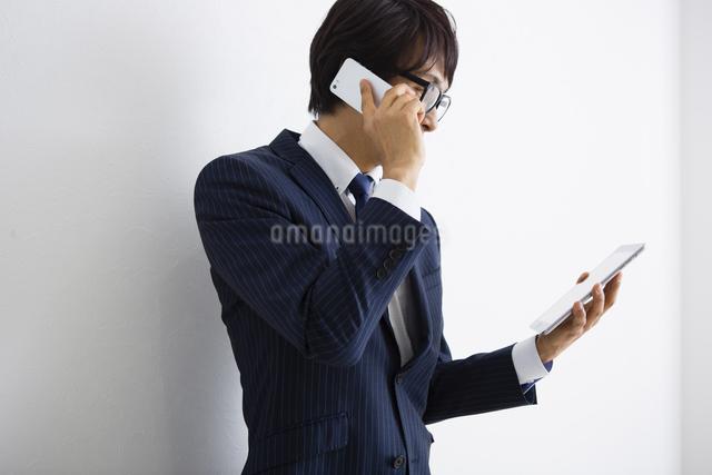 電話をかける男性の写真素材 [FYI04258784]