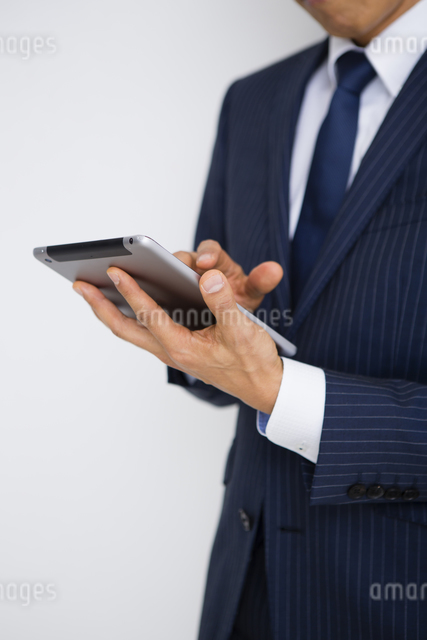 タブレットを操作する男性の写真素材 [FYI04258787]