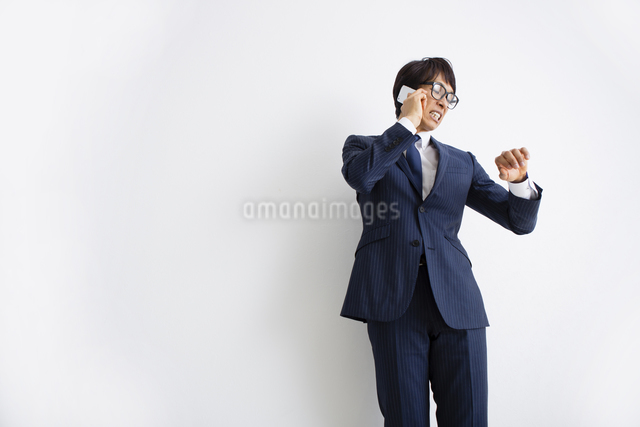 電話をかける男性の写真素材 [FYI04258799]