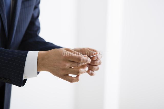名刺を差し出す男性の写真素材 [FYI04258815]