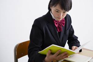 勉強する女子高生の写真素材 [FYI04258831]
