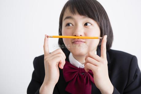女子高生と鉛筆の写真素材 [FYI04258897]