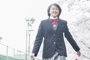 桜の下の女子高生の写真素材 [FYI04258996]