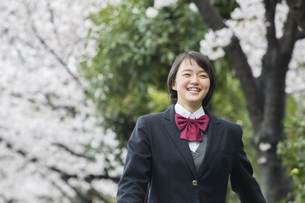 桜の下の女子高生の写真素材 [FYI04259001]