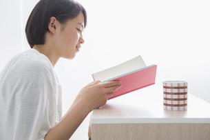 本を読む女の子の写真素材 [FYI04259184]