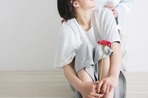花を持つ少女とその肩を抱く手の写真素材 [FYI04259244]