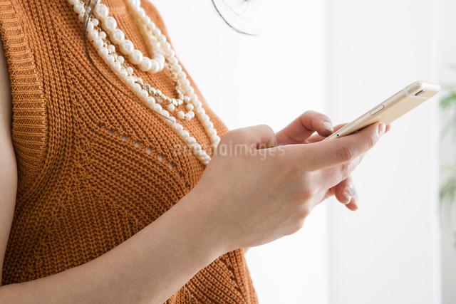 ケータイを操作する女性の写真素材 [FYI04259299]