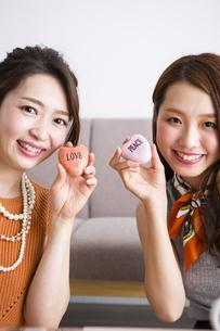 石鹸を持つ女性たちの写真素材 [FYI04259668]