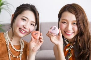 石鹸を持つ女性たちの写真素材 [FYI04259669]